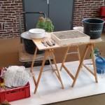 Werktafel met de zandbak voor het uitgraven van de vorm van de kaars